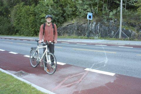 Sykkelteller: Parallelt med fartsmåleren i Østensjøveien langs Østensjøvannet kan man se sikksakkstriper tvers over sykkelfelt og veibane. Her registreres alle som sykler forbi. Einar Wilhelmsen gleder seg over at antall syklister på stedet stadig øker. FOTO: AINA MOBERG
