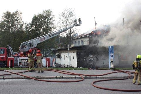 STORBRANN: I følge en twittermelding  var 27 personer i jobb på brannen i Enebakkveien søndag ettermiddag. Alle foto: Arne Vidar Jenssen og Solfrid Therese Nordbakk