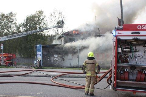 STOR JOBB: Hele 27 personer brannfolk bisto med slukningsarbeidet i Enebakkveien i dag.