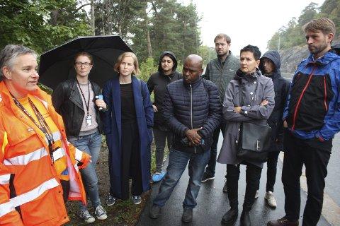 REDEGJORDE: Før komiteen tok seg ned til leirområdene, fikk de en redegjørelse av  Wenche Asgrimplass i Rusken.   Foto: Arne Vidar Jenssen