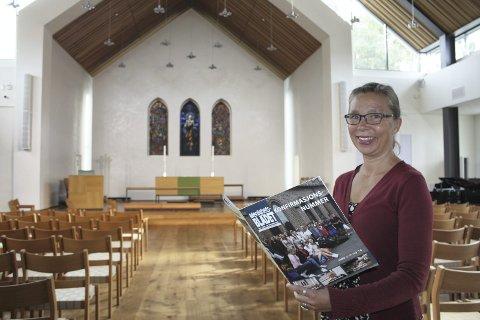 NY ARBEIDSPLASS: Den nye sognepresten, Anne Grete Listrøm, var sist uke en snartur innom Nordstrand kirke, og her benyttet hun også anledningen til å bla i den siste utgaven av menighetsbladet.  Søndag 23. oktober innsettes hun under gudstjenesten. FOTO: AINA MOBERG