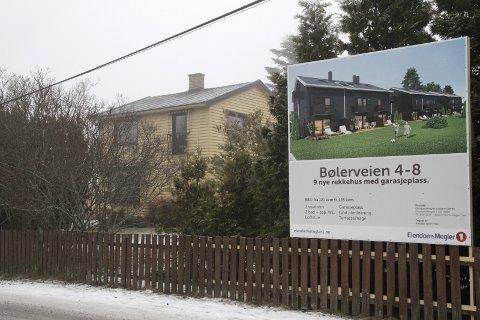 MODERNE: Slik ser de nye rekkehusene ut ifølge plakaten på stedet.
