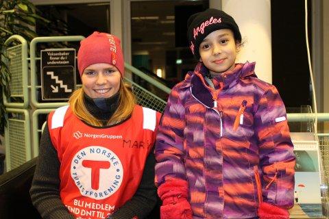STORTRIVES: Esra (8) koser seg med Lek deg sprek. Her sammen med aktivitetsleder Mari Nybøe Herse.