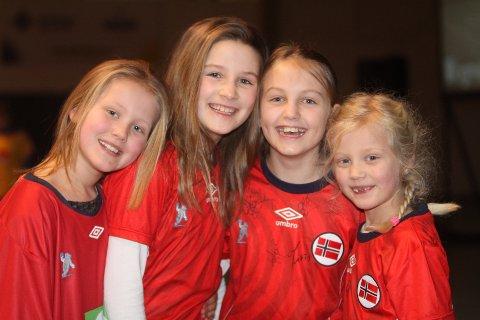 HEIET: Mille Kalmo Aasen (venstre), Henny Elshaug Bækken, Elida Jørgensen Øiestad og Marie Kalmo Aasen heiet på de norske gutta.