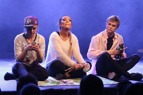 Fredrikke Urholt, Victoria Mortensen og Martin Øygård på sjekkern i barnehagen.