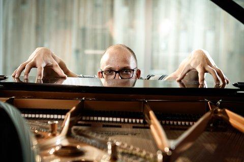 PIANIST: Når det gjelder musikken tuller ikke Aksel Kolstad, som er klassisk utdannet. Om ikke lenge flytter han sitt konsertgalleri Café de Concert fra Tjuvholmen til Vulkan.
