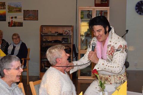 Marit Johannessen og Laila Johansen (t.v.) var blant de mange som koste seg under Elvis-konserten på Skovheim Allsenter.