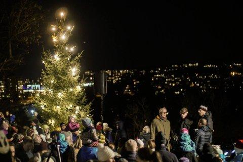 JULESTEMNING: Søndag 3. desember inviteres det til både julemarked og julegrantenning på Nordre Skøyen Hovedgård, her fra fjorårets førjulsarrangement.