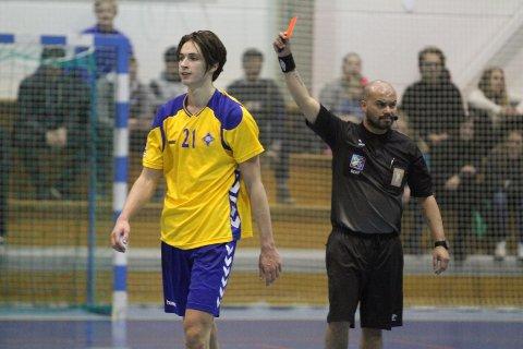 FERDIGSPILT: Dommer Pål Alexander Valbjør sender Fabian Sandven i dusjen med rødt kort kvarteret før slutt.