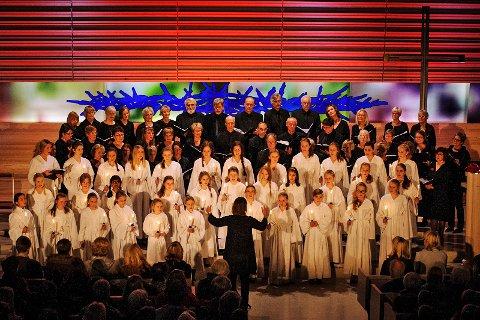 Bøler Skolekor og Parenti Vocalis med fellesnummer. Dirigent Vigdis Oftung.