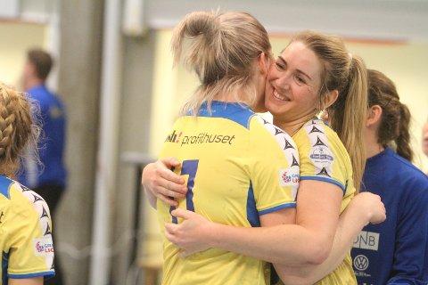 SEIERSKLEM: Linn Mangset (høyre) og Anne Rein gratulerer hverandre med seieren mot Sverresborg.