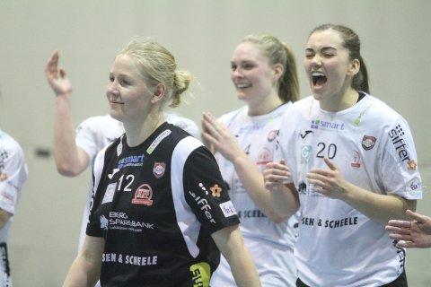 BEST: Rikke Marie Granlund (venstre) blekåret til banens beste i Oppsal Arena. Det synes Sofie Wold var helt greit.