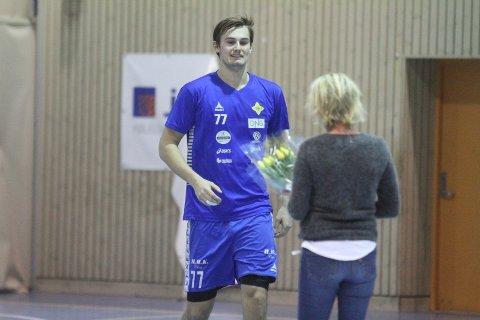 FIKK BLOMSTER: Nina Kristiansen i BSK delte ut blomster til Magnus Abelvik Rød før kampen.
