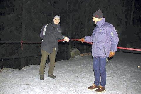 SNORKlIPPING: Stein Sture Larre fra Tove Reistads stiftelse foretok snorklippingen, assistert av Trond Enkerud fra Bymiljøetaten. Foto: Steinar Saghaug  Bildetekst