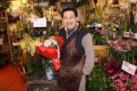 BLOMSTERMANNEN PÅ BOGERUD: Lam Van Hoang lever på service og driver blomsterbutikk på den gammeldagse måten.