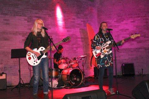 JENTER MED TRØKK: Bandet The Chickens var ett av 19 sceneinnslag under årets UKM.