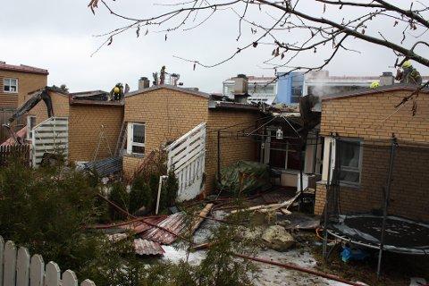STORE TAKSKADER: Brannen gikk over hele taket til de fem leilighetene i rekkehuset på Kantarellen.