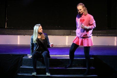 Marte A.G. Husby (t.h.) får et ublidt møte med seg selv som voksen (Katharina Opsahl).