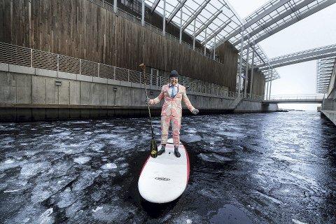 Padleentusiast: Aksel Kolstad tar gjerne sjøveien fra Nordstrand til Tjuvholmen når han skal på jobb. Foto: Kilian Munch