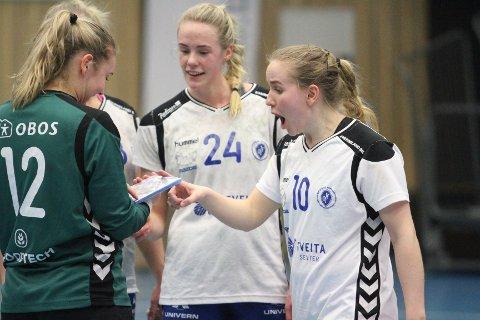 ENDELIG TILBAKE: Tina Magnus (høyre) spilte sin første kamp for sesongen, og ser ut til å ha veldig lyst på bestemannspremien til Marie Sundfør Tømmerbakke.