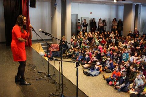 KAMZY: Varaordføreren fortalte Lusetjern-elevene om hvor viktig det er å være seg selv.