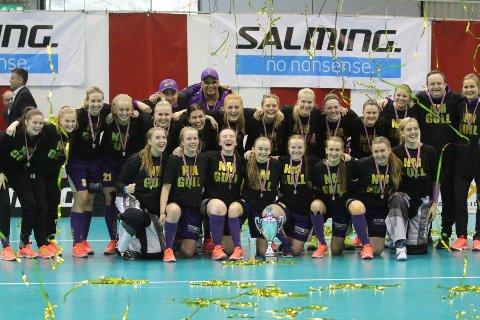 NORGESMESTERE: Spillere og ledere jubler etter at NM-gullet er i boks etter 4-3 mot Sagene i finalen.