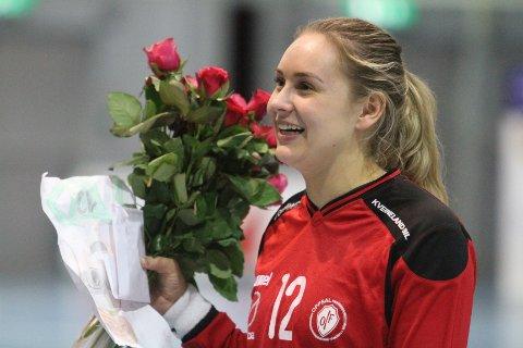 FIKK BLOMSTER: Marie fikk en rose fra av hver av ded yngre keeperne i Oppsal etter kampen mot Larvik.
