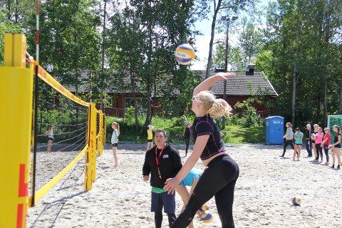 VOLLEYSKOLER: Sandvolleyballskolene arrangeres på Skredderjordet.