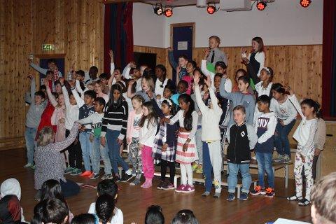 SANG: Hver fredag er det fellessamling for alle elevene på Seterbråten skole. Her er det et allsidig program, og gjerne med mye sang.
