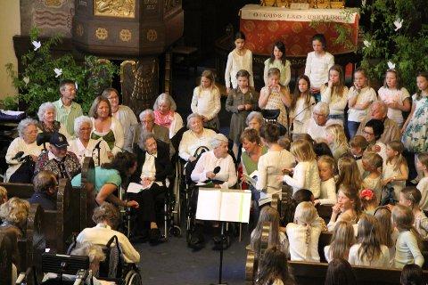 Korsanger Anne Lise leser sin tekst fra vårens skrivekurs med tittel Mitt innerste ønske; før siste sang.