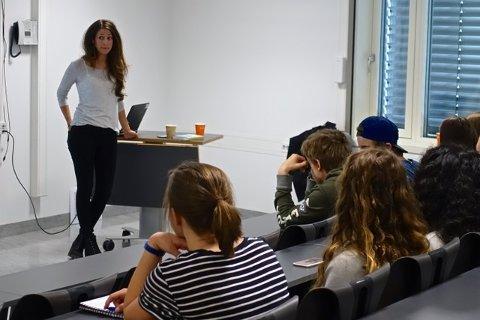 Psykolog Ann-Marie de Lange Glasø orienterer 9. klassinger på Nordseter skole om sitt yrke.