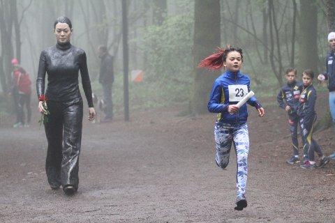 TÅKE: Blant skulpturer og tåke løp Camilla Galarde Arma Hellum BSKs jenter inn til en fin tredjeplass.