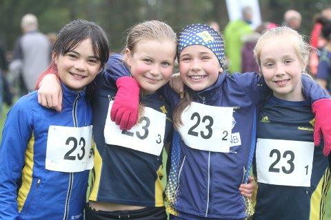 FORNØYDE: Camilla Galarde Arma Hellum (venstre), Constance Maria Usler, Selma Caroline Wahl og Stine Eide Nygård fra BSK var fornøyde i regneværet.