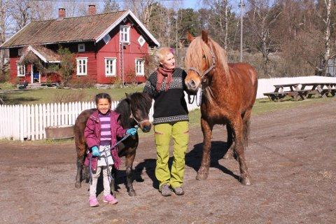 VOKST OPP HER: Sara Kinge Bergland er oppvokst på gården. Her sammen med datteren Embla. Alle foto: Janina Lauritsen