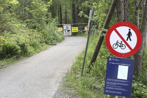 STENGT: Det er satt opp skilt med alternative gang- og sykkelveier i området. Foto: Arne Vidar Jenssen