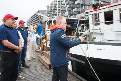 Fiskeriminister Per Sandberg døper Fjordgutt - båten som gir %er av salget til UngNorge og barnevernsbarn!