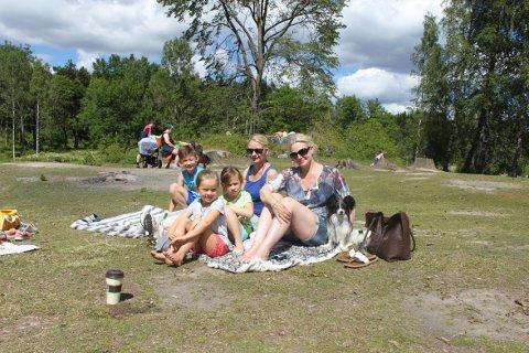 PÅ TUR: Fra venstre sitter Even, Julia, Amalie, Camilla og Hege. Det er første gangen i år at de er på Bråten for å bade.