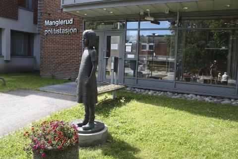 OSLO ØST: Fortsatt skal det stå Manglerud politistasjon på bygget i Plogveien, selv om det offisielle navnet blir  Oslo politidistrikt – enhet øst. Foto: Arne Vidar Jenssen