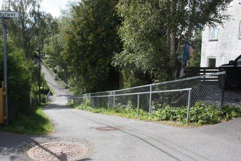 NYTT REKKVERK: I løpet av sommeren har nye rekkverk kommet på plass langs gangveien Motbakkene mellom Oppsal og Ulsrud.