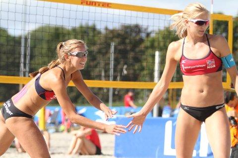 SØLVJENTER: Oda Johanne Ulveseth (venstre) og Ingrid Lunde fra Oslo Volley vant sølv i NM i sandvolleyball.