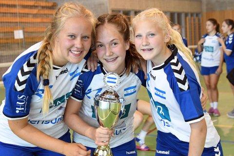 SØLVJENTER: Victoria og lagvenninnene var stolte over sølvmedaljen i Hummel Cup.