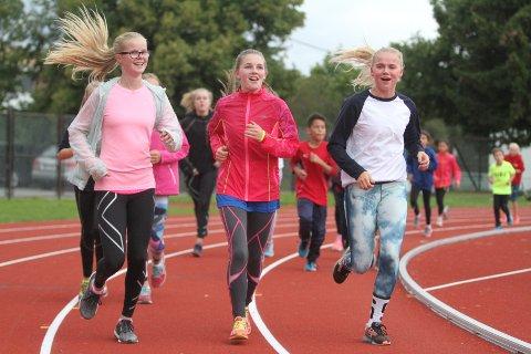 POPULÆRT: Unge friidrettsutøvere strømmer til den fine nye banen på Lambertseter.