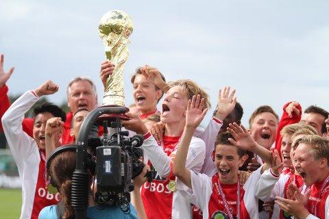 JUBEL: Kaptein Olav Strand løfter pokalen over hodet etter at KFUM/Oslo har vunnet Norway Cup.
