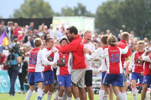 HERLIG GJENG: Trenerne Lars Røttingsnes og Lars Brede Larsen jubler sammen med gutta etter seieren mot Bangkok.