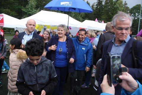 PÅ MORTENSRUD: Statsminister Erna Solberg tok lørdag turen innom Mortensrud Festival. Foto: Arne Vidar Jenssen