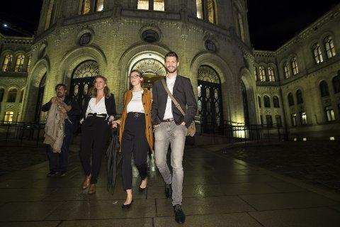 GRUNN TIL Å SMILE: Rødt-leder Bjørnar Moxnes får plass på Stortinget etter å ha kapret 6,3 prosent av stemmene i Oslo. Nestleder i Rødt, Marie Sneve Martinussen, er nummer to fra høyre. Foto: Heiko Junge/NTB scanpix