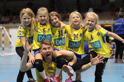 GODT MILJØ: Trener Jan Erik med laget sitt under bronserunden i Skedsmohallen.