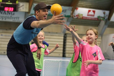 POPULÆRT: A-lagets toppscorer, Emil Midtbø Sundal, kom og spilte med jentene - og delte ut is.