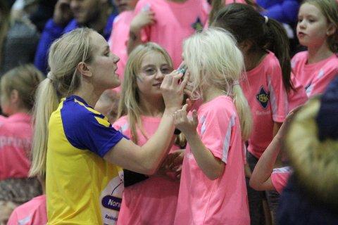 HEIAGJENG: Heidi Kalmo maler BSKs farger på kinnet til jentene, som var heiagjeng på A-lagets kamp mot Bodø.