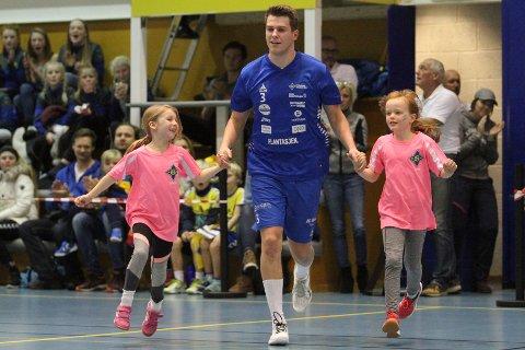 MASKOTTER: A-lagsspiller Emil Richardsen Nedregård med to av jentene som var maskotter i kampen mot Bodø.